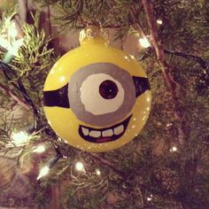 Minion Christmas ornament diy Favour for the Minion themed wedding Lol Christmas Ornaments To Make, Christmas Love, Christmas Projects, All Things Christmas, Holiday Crafts, Christmas Weather, Christmas Decorations, Diy Ornaments, Christmas Ideas