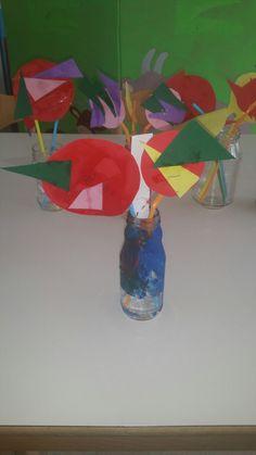 Kleuren en vormen Mooie bloemetjes  gemaakt Door de peuters en flesjes beschilderd