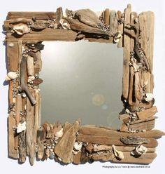espelho com gravetos, pedras e conchas