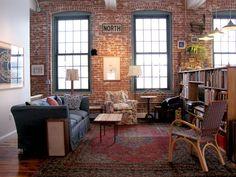 Fijaros en el pequeño jardín interior sobre los viejos archivos y en los detalles vistos de las instalaciones de fontanería en cobre hechos por el propietario.
