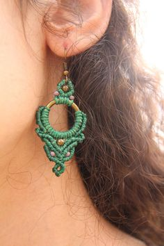 Special, green, micromacrame earrings with brass and glass beads. Macrame Earrings, Macrame Bag, Micro Macrame, Macrame Jewelry, Macrame Bracelets, Crochet Earrings, Handmade Jewelry Designs, Earrings Handmade, Paper Quilling Jewelry