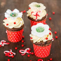 Elegante si rafinate, perfecte pentru a fi oferite drept martisorul dulce, aceste cupcake-uri sunt deosebite si de mare efect. Vin la pachet cu o hartuita decorativa speciala, dar si cu o cutie pe care o legam cu un snur traditional de martisor.  Pret unitar : 16 lei / BUC Lei, Martie, Elegant, Desserts, Food, Classy, Tailgate Desserts, Deserts, Essen