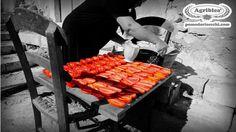 la bonanima di mia nonna faceva sempre i pomodori secchi sotto sale, in sardegna li chiamiamo sa pilarda:)