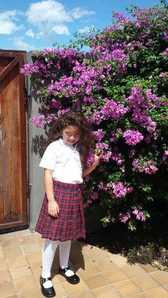 Emily! En uniforme de colegio