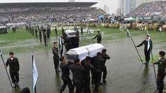 una multitud despidió a las víctimas en el estadio                              El diluvio bajo el que amaneció Chapecó este sábado pareció el telón de fondo más apropiado para acompañar el día... http://sientemendoza.com/2016/12/03/una-multitud-despidio-a-las-victimas-en-el-estadio/
