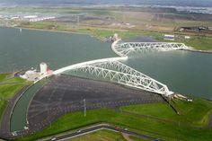 Stormvloedkering bij Hoek v Holland