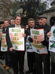 Dec 2006 - Sinn Féin held a protest outside Leinster house today demanding the release of IRA prisoners. The protest was made up of Sinn Féin and Ógra Shinn Féin activists. Some of Sinn Féin's TD's where also present showing their support for the campaign. 8 years following the GFA and 1 year following the IRA's decision to call an end to its armed campaign, there is no reason why IRA prisoners should still be in jail.