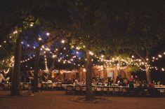 Para lograr una atmósfera única en tu boda, las series de luces colgantes dan un toque especial