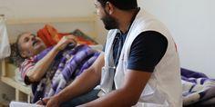 Las víctimas invisibles de la guerra en Siria   Samir es enfermero y Mohannad, médico. Todas las semanas realizan visitas domiciliarias a refugiados sirios y ciudadanos jordanos que se encuentran en situación especialmente vulnerable en la Gobernación de Irbid, en el norte de Jordania.  En este texto, ellos y sus pacientes Aziz y Azam nos hablan de la situación.