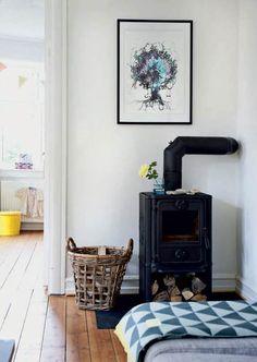 Pia og Mikkel har sat en del af et hus fra 1930 i stand og været tro mod husets oprindelige stil. Indretningen er lys og minimalistisk på bedste nordiske vis – med retrofund fra 50'erne og farven gul, der løber igennem rummene som en, ja, gul tråd.