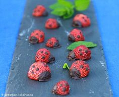 Nyckelpigor av jordgubbar Ladybugs made with strawberries Cute Food, Good Food, Just Desserts, Dessert Recipes, Keto Holiday, Candy Cookies, Buffet, English Food, Food Humor
