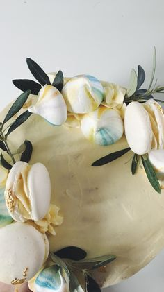 Eine zauberhafte Tauftorte mit Meringues, Macarons und Olivenzweigen #taufe #macarons #meringues Macarons, Party, Wedding Cakes, Decor, Wedding Day, Engagement, Newlyweds, Wedding Pie Table, Pies