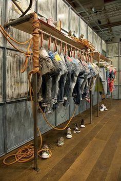 panel de tienda con vaqueros colgados muy perfilados