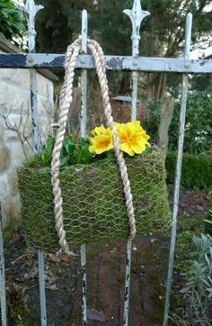 Bag made of moss and hare wire Chicken Wire Art, Chicken Wire Crafts, Garden Crafts, Garden Projects, Urban Gardening, Container Gardening, Organic Gardening, Rabbit Wire, Deco Floral