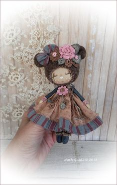 Poupée d'artiste / Petite fée fleurie / Poupée chiffon décorative / laine feutrée à l'aiguille /  style nounours