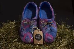 Looking for a gift? Get you slippers right now! Do not worry and be happy with Mali Innovations! Felted Slippers, Handmade Felt, Toms, Buy And Sell, Trending Outfits, Unique Jewelry, Sneakers, Pink, Stuff To Buy