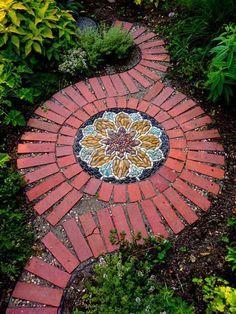 Красивый вариант оформления мозаики во дворе, который украсит самое необыкновенное место.