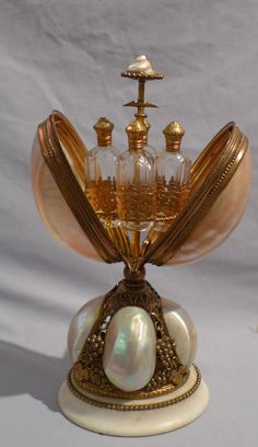 Coffret à bouteilles de parfum, nacre et pinchbeck, France | Antique French mother of pearl and ormolu perfume bottle holder