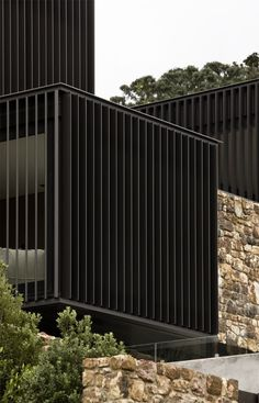 Waiheke Island home with striking stacked stone facade – Sustainable Architecture with Warmth & Texture Architecture Durable, New Zealand Architecture, Architecture Résidentielle, Sustainable Architecture, Contemporary Architecture, Patterson Homes, Stone Facade, House On The Rock, Facade Design