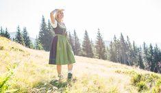 Rechnungen, Zahlungen, Mahnungen und Reiseversicherungen liegen in meiner Hand. Als Almliesl sind die Berge natürlich meine Leidenschaft. Skitouren, Langlaufen, Schifahren, Mountainbiken und Wandern - hier bin ich zu Hause. Midi Skirt, Skirts, Fashion, Long Distance, Winter Vacations, Passion, Pool Chairs, Hiking, Moda