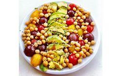 Leckeres Rezept für einen veganen Kichererbsensalat mit Avocado, Tomaten, Mais und Buchweizenkeimen