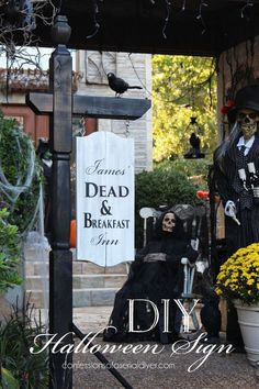 Make this BHG-Inspired Halloween sign using a mailbox post! Confessions of a… halloween signs Halloween Prop, Diy Halloween Yard Signs, Halloween Displays, Outdoor Halloween, Halloween Season, Diy Halloween Decorations, Halloween 2018, Holidays Halloween, Halloween Stuff
