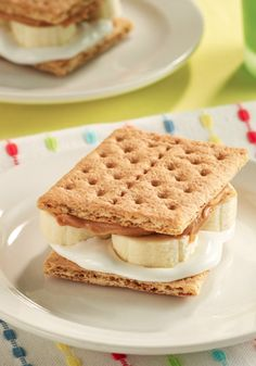 With just 4 ingredients and 10 minutes, you can have this tasty Peanut Butter and Banana 'S'mores' recipe ready to enjoy! Just Desserts, Delicious Desserts, Dessert Recipes, Yummy Food, Summer Desserts, Comida Kosher, Yummy Treats, Sweet Treats, Biscuits
