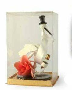Stork Club * (années 1940 New York) cigogne coiffée d'un haut de forme tenant dans une de ses pattes un flacon tube d'extrait