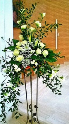 44 schöne grüne und weiße Blumen Arrangements Ideen 44 beautiful green and white floral arrangements ideas - Church Wedding Flowers, Altar Flowers, Funeral Flowers, Ikebana, Funeral Floral Arrangements, Large Flower Arrangements, Contemporary Flower Arrangements, White Flowers, Beautiful Flowers