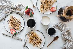 It's Crêpes o'clock! Die einfachen und leckeren veganen Crêpes sind in Windeseile gemacht und lassen sich mit den liebsten süßen oder herzhaften Leckereien füllen. Zum Frühstück, Nachtisch oder für zwischendurch einfach genial! Probier sie doch gleich mal mit Haselnuss- und Erdnussmus und Banane!
