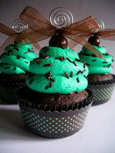 Dark chocolate cupcake with mint frosting, for J thinking about topping with mini peppermint patties. Mint Chocolate Cupcakes, Menta Chocolate, Green Cupcakes, Love Cupcakes, Mint Chocolate Chips, Yummy Cupcakes, Cupcake Cookies, Cupcake Cupcake, Chocolate Snacks