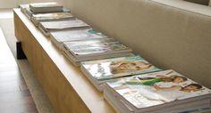 aparador, uma maneira super charmosa e prática para deixar as revistas que guardamos em casa organizadas - Carol Celico