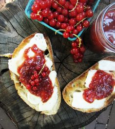 camembert crostini with red currants