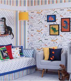 Dinossauros estão sempre entre os favoritos da criançada, e o papel de parede estampado com desenhos de dinossauros é uma opção bastante divertida para decorar o quarto. Seu uso com acessórios do mesmo tema cria um ambiente alegre e colorido para o quarto.