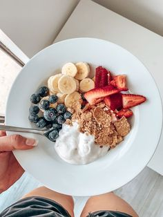 aesthetic food 1 banana 3 strawberries Hand full of blueberries Coco yogurt cup Muesli or granola Healthy Dessert Recipes, Health Desserts, Healthy Baking, Easy Desserts, Healthy Meals, Diet Recipes, Dinner Healthy, Healthy Food Ideas To Lose Weight, Eating Healthy
