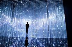 Crystal Universe / クリスタル ユニバース 点描は、点の集合で絵画表現を行ったものだが、これは、光の点の集合で彫刻を創っている。彫刻は、光でできているため、デジタルで制御することによって、インタラクティブに動く。 本作品は、光の彫刻の集合体によって、宇宙空間を表現したインタラクティブなインスタレーションである。 鑑賞者は自身のスマートフォンを通じて、クリスタルユニバースを構成するエレメントを選び、出現させ、クリスタルユニバースを創っていく。そして、鑑賞者は、作品空間に入り歩きまわることができる。 それぞれのエレメントは互いに影響を受ける。また、エレメントは、作品空間内の鑑賞者の存在にも影響を受ける。 クリスタルユニバースは鑑賞者によって刻々と創られていきながら、永遠と変化していく。