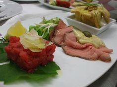 Tris di antipasti con carne cruda Piemontese battuta al coltello, vitello a cottura lenta con salsa tonnata e sfogliatina ai possi di Cervere e Castelmagno con salsa alle noci