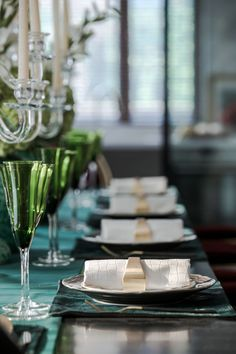 Marigold Wedding, Black And White Plates, White Hibiscus, Chic Wedding Dresses, Modern Halloween, Dinner Room, Wedding Decorations, Table Decorations, Interior Stylist
