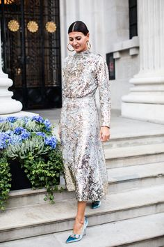 Giovanna Battaglia in silver sequin dress street style fashion week londres printemps ete 2018 Street Style Fashion Week, Printemps Street Style, Spring Street Style, Look Fashion, Fashion Vest, Dress Fashion, Womens Fashion, Fashion Backpack, London Fashion Weeks