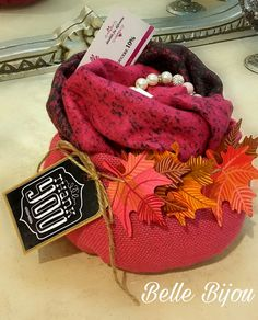 Merchandising idea: Gift set with scarf and bracelet in a cute basket