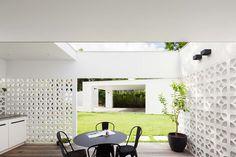 Breeze Block House vom Architekten Prineas in Sydney, Australien Style At Home, Block House, Decorative Concrete Blocks, Breeze Block Wall, Casa Patio, Inspiration Wall, Outdoor Rooms, Outdoor Dining, Outdoor Ideas