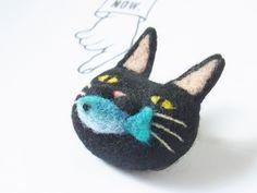 たべる猫ブローチ -by ヒツジフエルト縮絨室 ヒロタリョウコ[Cat Brooch by Felt Fulling Lab-Ryoko Hirota]20140917