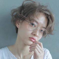 もちろん、くるくるパーマをあてちゃうのも◎。丸メガネをあわせることでブリティッシュな雰囲気に仕上がりますね。無造作感のあるパーマにする事で、ちょっとアンニュイなエアリーヘアに。 Shot Hair Styles, Curly Hair Styles, Natural Hair Styles, Short Hairstyles For Women, Messy Hairstyles, Salon Style, Hair Images, Girl Short Hair, Bowl Haircuts