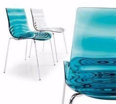Seduta in materiale plastico che ricorda le onde concentriche dell'acqua.