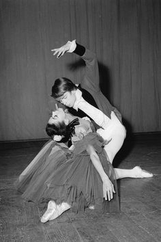 """Marguerite et Armand  En 1963, Rudolf Noureev et Margot Fonteyn sont les """"Marguerite et Armand"""" du grand chorégraphe britannique Frédéric Ashton. Les répétitions sont orageuses, mais la première en présence de la Reine Mère et de la Princesse Margaret est un triomphe. """"Marguerite et Armand"""" devient le ballet fétiche du couple de danseurs..."""