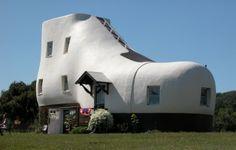 Un edificio a forma di scarpa in Hallam, Pennsylvania