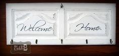 Cabide madeira estilo Provençal. Pintado a branco mate com efeito decapê personalizado. Confere um ambiente romântico para o hall de entrada. Lugar para 5 cabides. Medidas Largura 85 cm Altura 33 cm