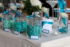 A completare la cromia dell'allestimento, una selezione di confetti  sui toni dell'ottanio scuro, medio e chiaro, prodotti artigianalmente a richiesta per la sposa.