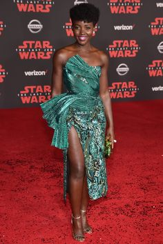 Look sparkling per Lupita Nyong'o in Halpern (e scarpe JIMMY CHOO) a Los Angeles per la première del film Star Wars. Celebrity Pictures, Celebrity Style, Celebrity Dresses, Afro, Nice Dresses, Formal Dresses, Gala Dresses, Elegant Dresses, Short Dresses