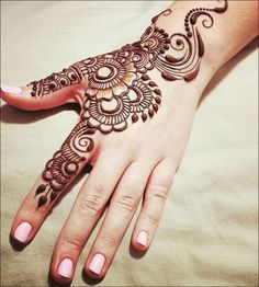 Simple Mehendi designs to kick start the ceremonial fun. If complex & elaborate henna patterns are a bit too much for you, then check out these simple Mehendi designs. Mehndi Designs For Kids, Latest Arabic Mehndi Designs, Back Hand Mehndi Designs, Indian Mehndi Designs, Mehndi Designs For Beginners, Bridal Henna Designs, Mehndi Design Photos, Mehndi Designs For Fingers, Beautiful Mehndi Design